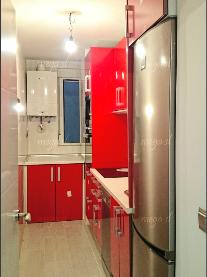 Muebles de cocina en rojo ferrari brillo encimera blanca