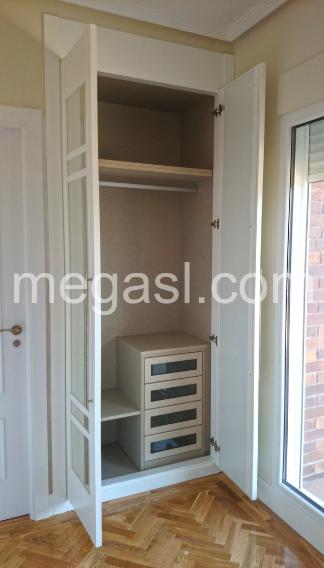 Ejemplo de interior de armario modular y frente, acabado