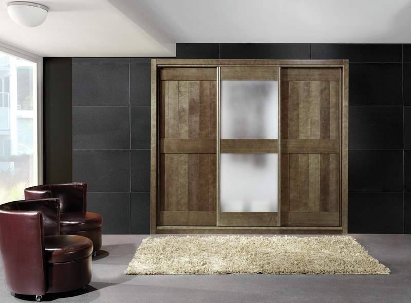 armario corredera en madera teida cmobinado con cristal mate