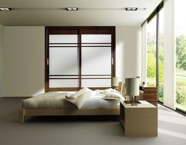Armario de puertas correderas, combinando perfiles en Wengue y cristal lacado blanco