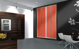 Armario de puertas correderas en cristal lacado naranja. Puertas con frenos