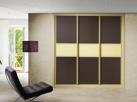Frente de armario de puertas correderas, en color chocolate combinado con crema