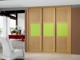 Armario de puertas correderas en haya, con el cuadro central en cristal lacado color pistacho