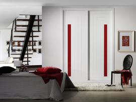 Frente de armario corredera, fresado con detalle en cristal lacado rojo