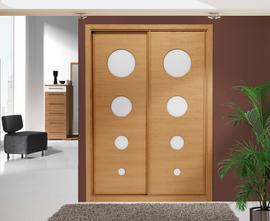 Armario de puertas correderas, en roble, con círculos fresados en cristal lacado blanco