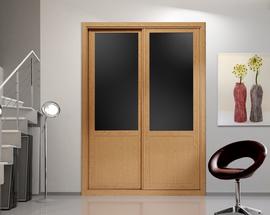 Armario en haya, de puertas correderas con vidriera en cristal lacado marrón
