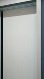 Armario corredera lacado en blanco, lineas curvas fresadas