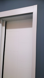 Armario de puertas correderas, lacado en blanco, modelo fresado lineas