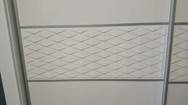 Armario de puertas correderas, lacado en blanco, modelo rombos, pantografiado