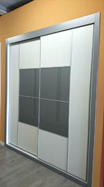 Armario corredera combinando cristal blanco con cuadro central en gris
