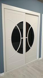 Frente de armario de puertas correderas en blanco, pantografiado con vidriera en cristal negro lacado