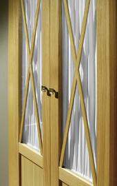 Detalle de armario empotrado en roble, vitrina central modelo aspa