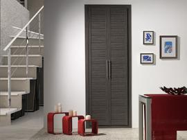 Frente de armario de puertas abatibles en color ceniza, tiradores de barra