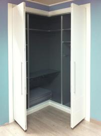 Interior de armario de puertas abatibles, lacado en blanco, fresado mod Mapi