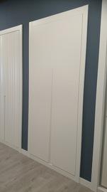 Frente de armario de puertas abatibles, lacado en blanco, Tirador fresado en V