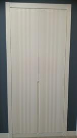 Frente de armario de puertas abatibles, lacado en blanco, Tirador fresado, Modelo franjas verticales