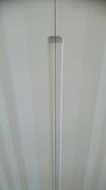Detalle de armario de puertas abatibles, lacado en blanco, Tirador fresado, Modelo franjas verticales