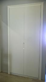 Frente de armario de puertas abatibles, lacado en blanco, Tirador fresado, Modelo lineas en L